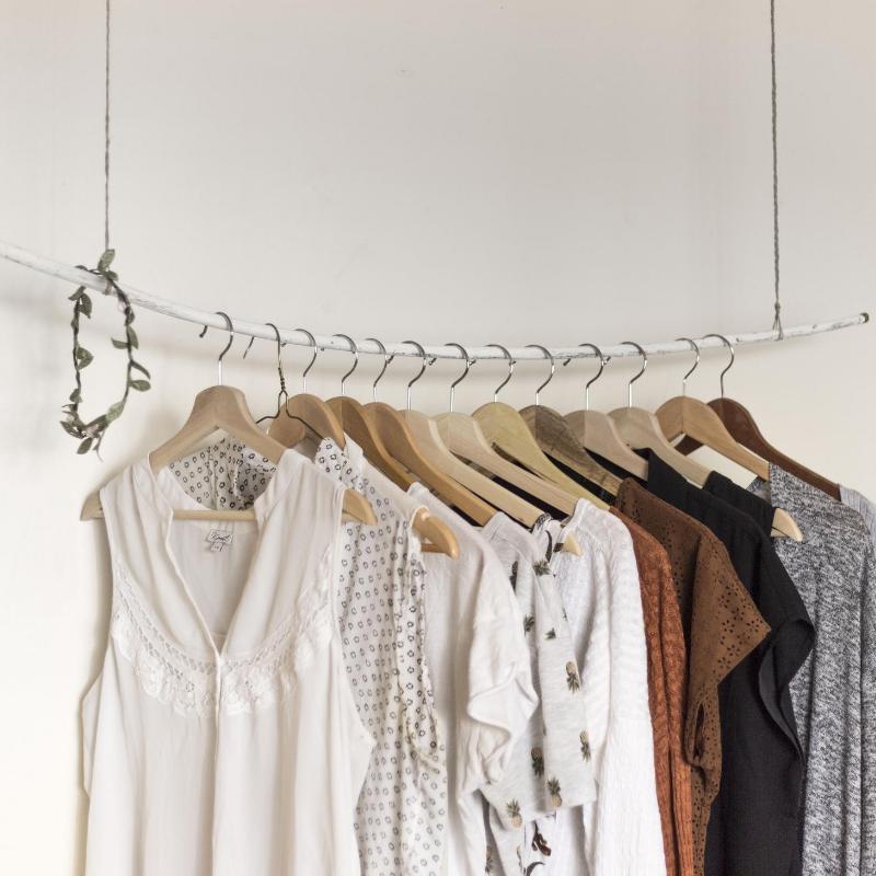 Basta de comprar de más: por qué es bueno revisar tu guardarropas