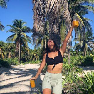 #mood cuando terminás de entrenar en la playa y te estas por tomar unos juguitos con cúrcuma, jengibre y limón infusionados cascara de piña bajo el sol🍍(pruebenlo, es un boom)